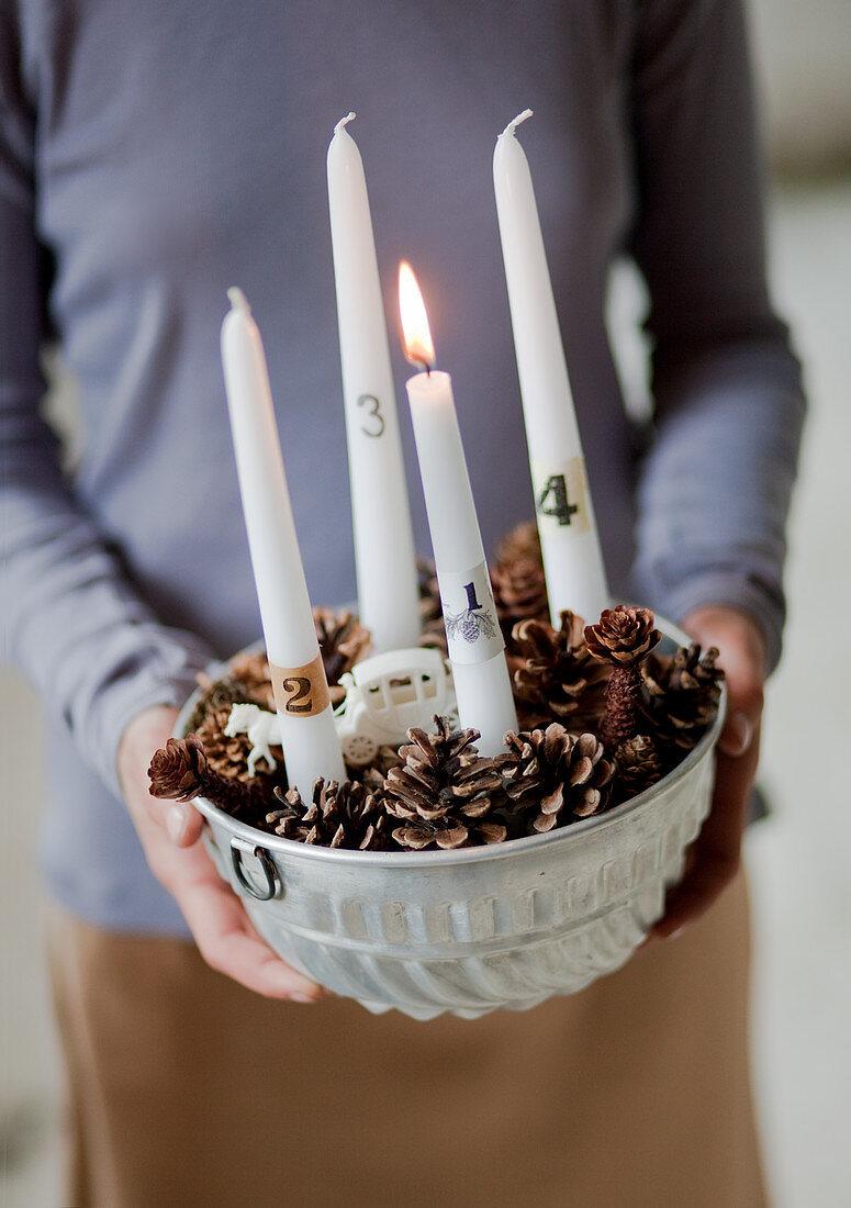 Selbst gebastelter Adventskranz in einer Kuchenform