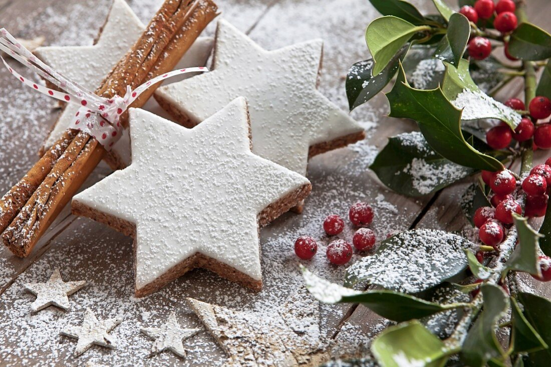 Cinnamon stars with icing sugar and Christmas decorations