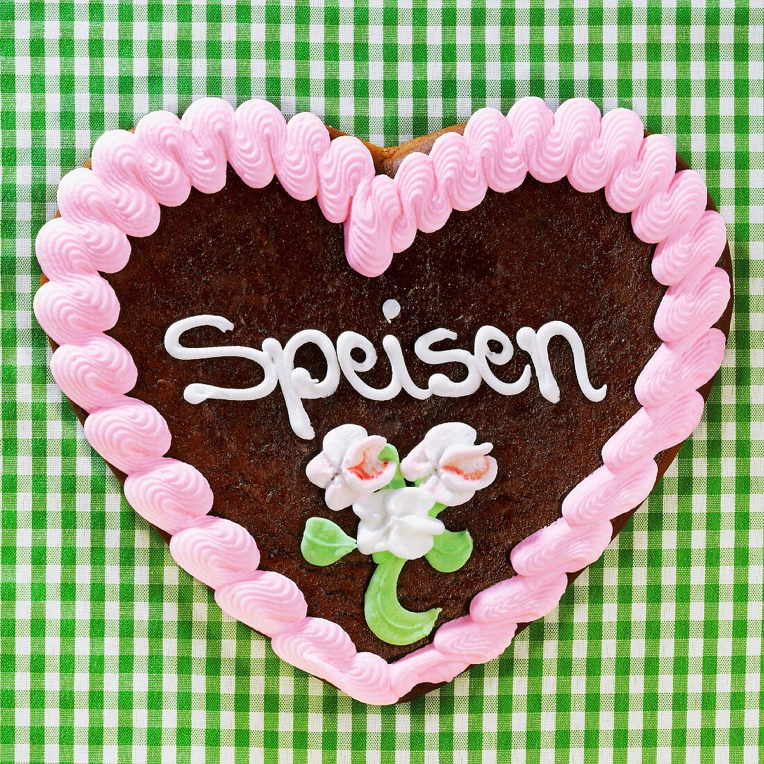 A gingerbread heart decorated with the word 'Speisen' ('Food')