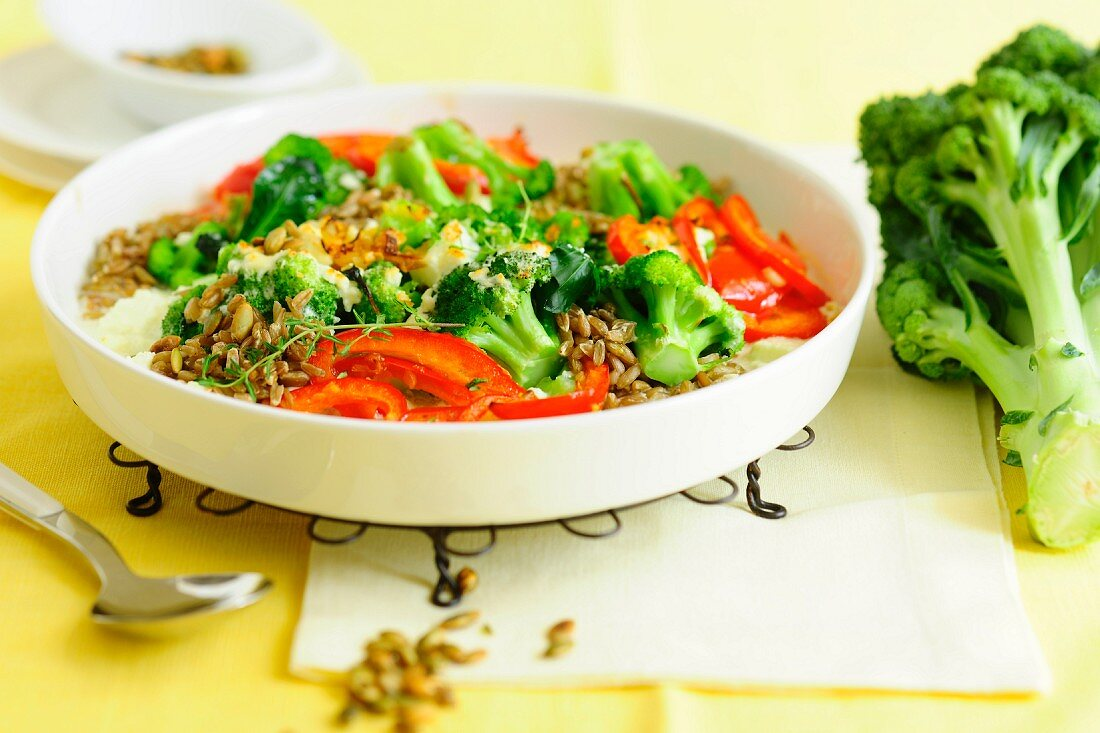 Broccoli gratin with pepper and unripe spelt grains