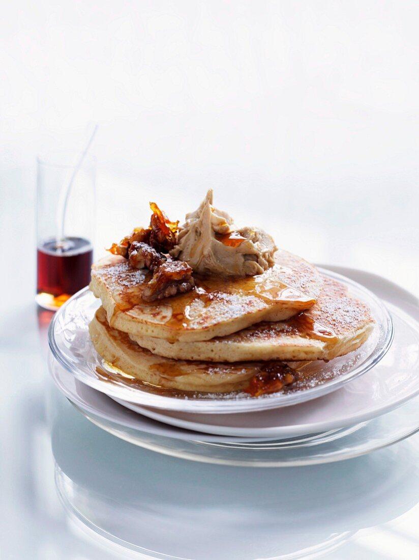 Zimt-Pancakes mit Ahornbutter und kandierten Walnüssen