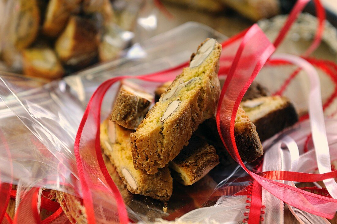 Cantucci on cellophane paper as a gift