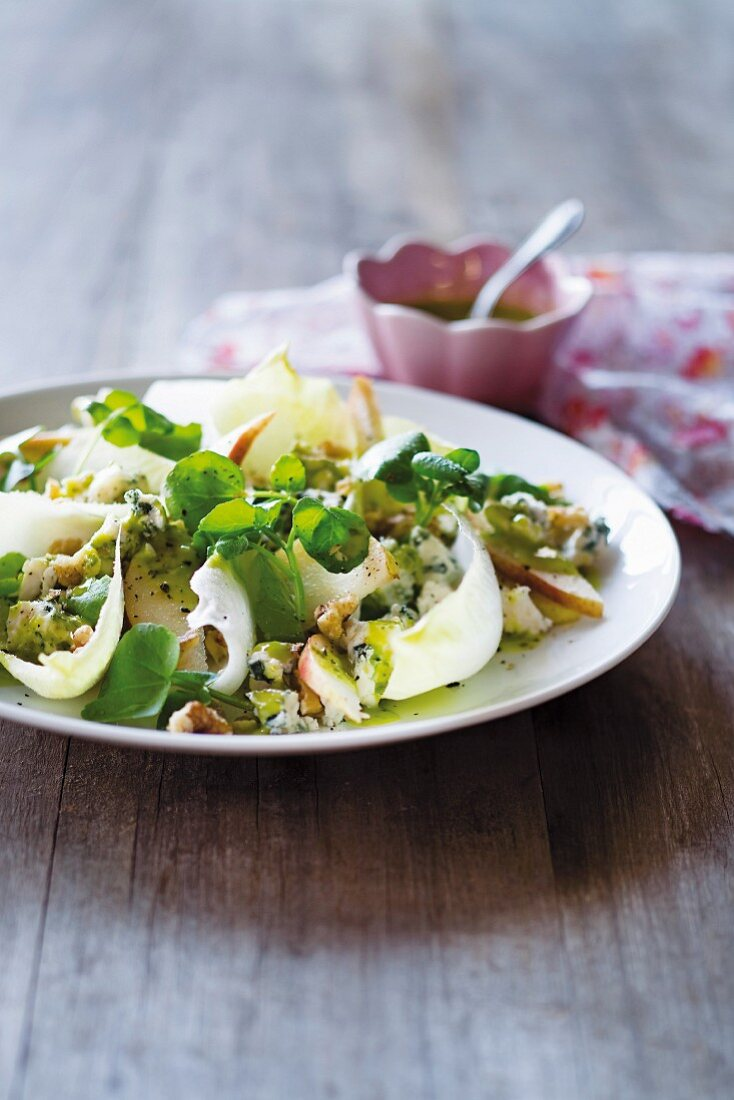 Spinach salad with pear and cress
