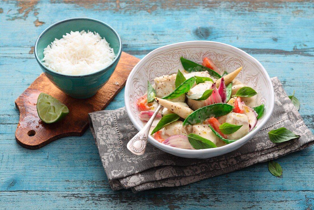 Grünes Fischcurry mit Maiskölbchen & Zuckerschoten