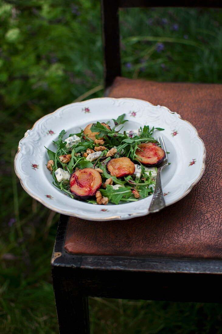 Salat mit Rucola, gebratenen Pflaumen, Blauschimmelkäse und Walnüssen
