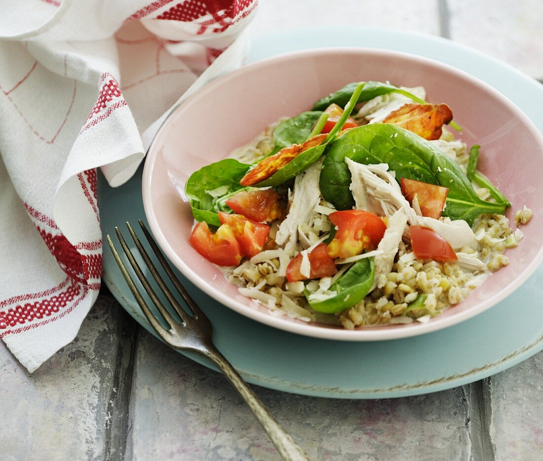 Barley salad with chicken, spinach, tomatoes and bacon