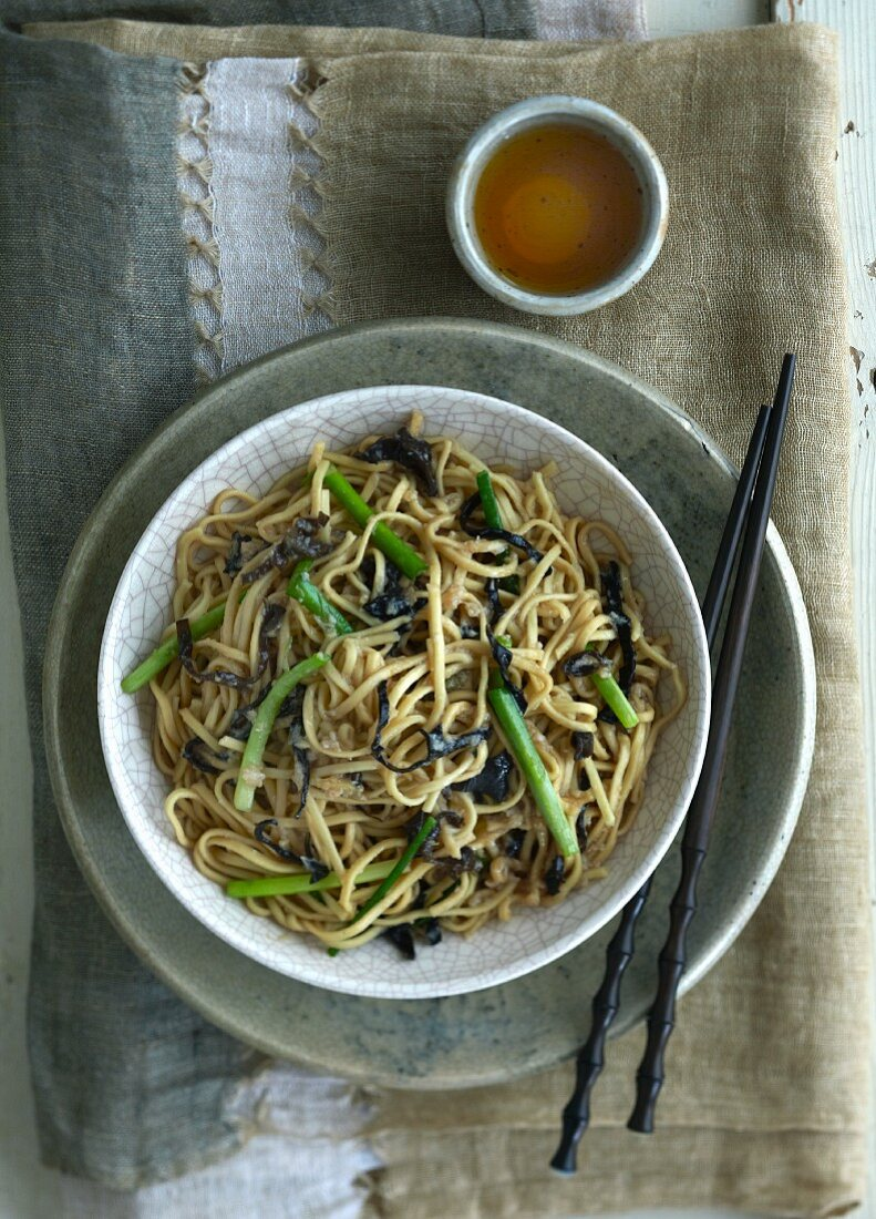 Noodles with crab meat and spring onions (China)