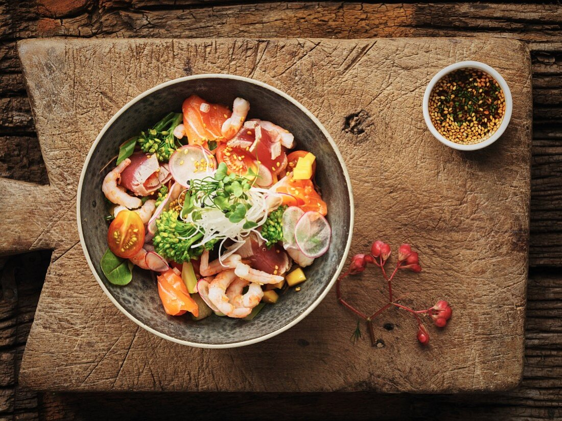 Thai salad with prawns, tomatoes and broccoli
