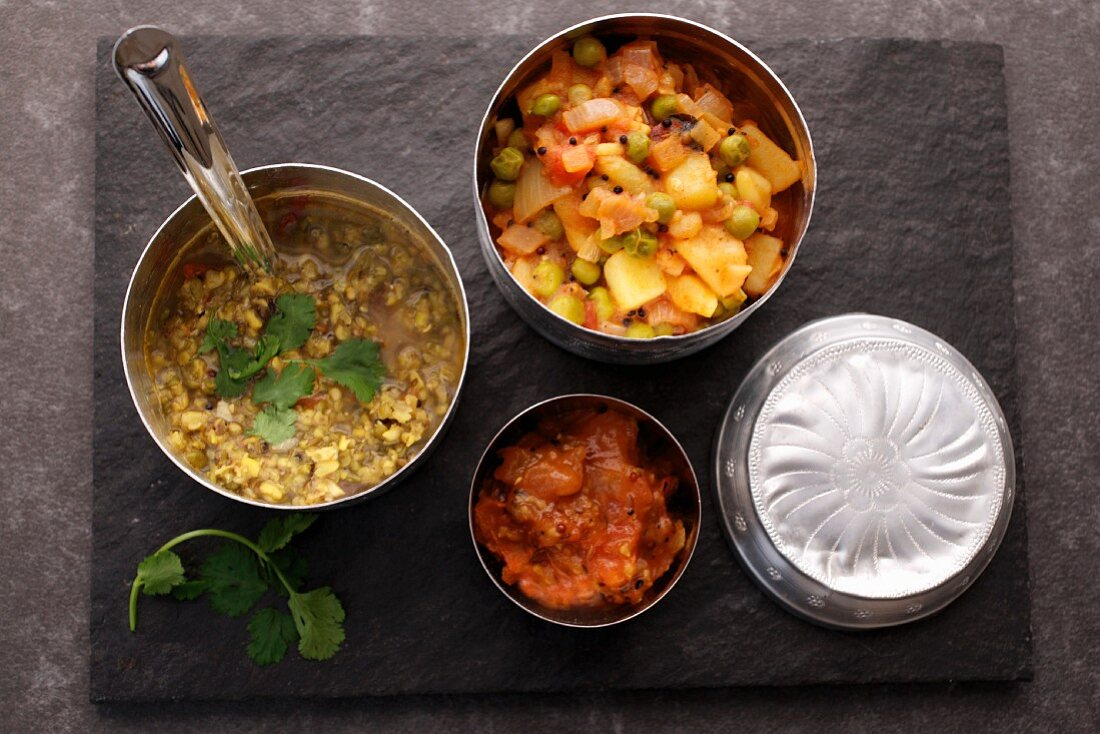 Pea and potato curry, mung dhal and mango chutney lunchbox (India)