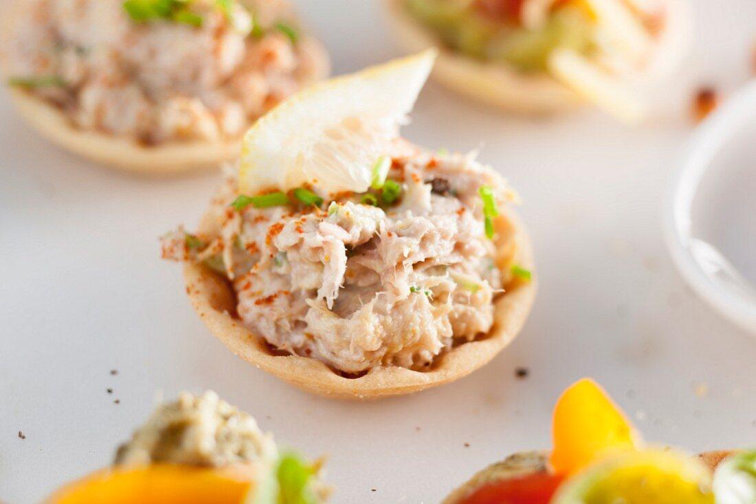 Tuna fish tartlets with lemon