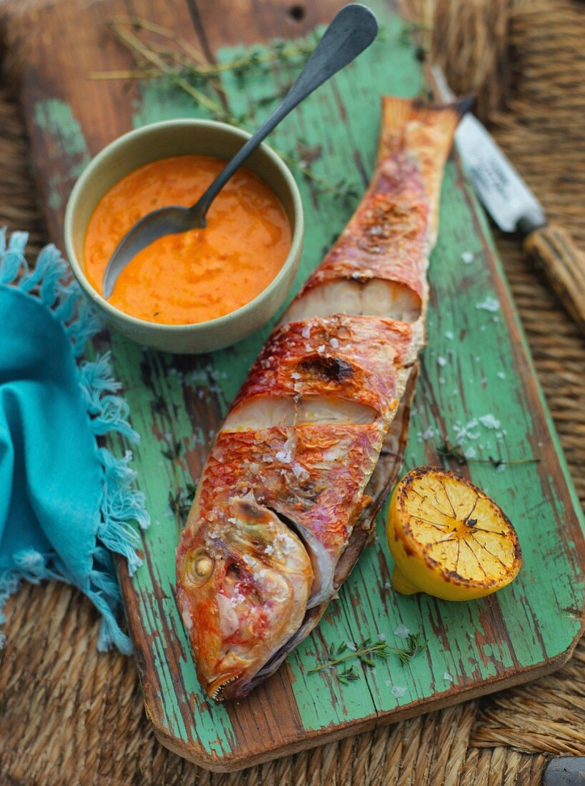 Rotbarbe vom Grill mit Paprika-Aioli