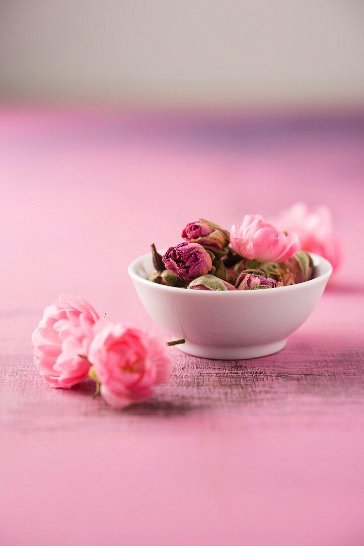 Dried rose buds (rosa damascena)