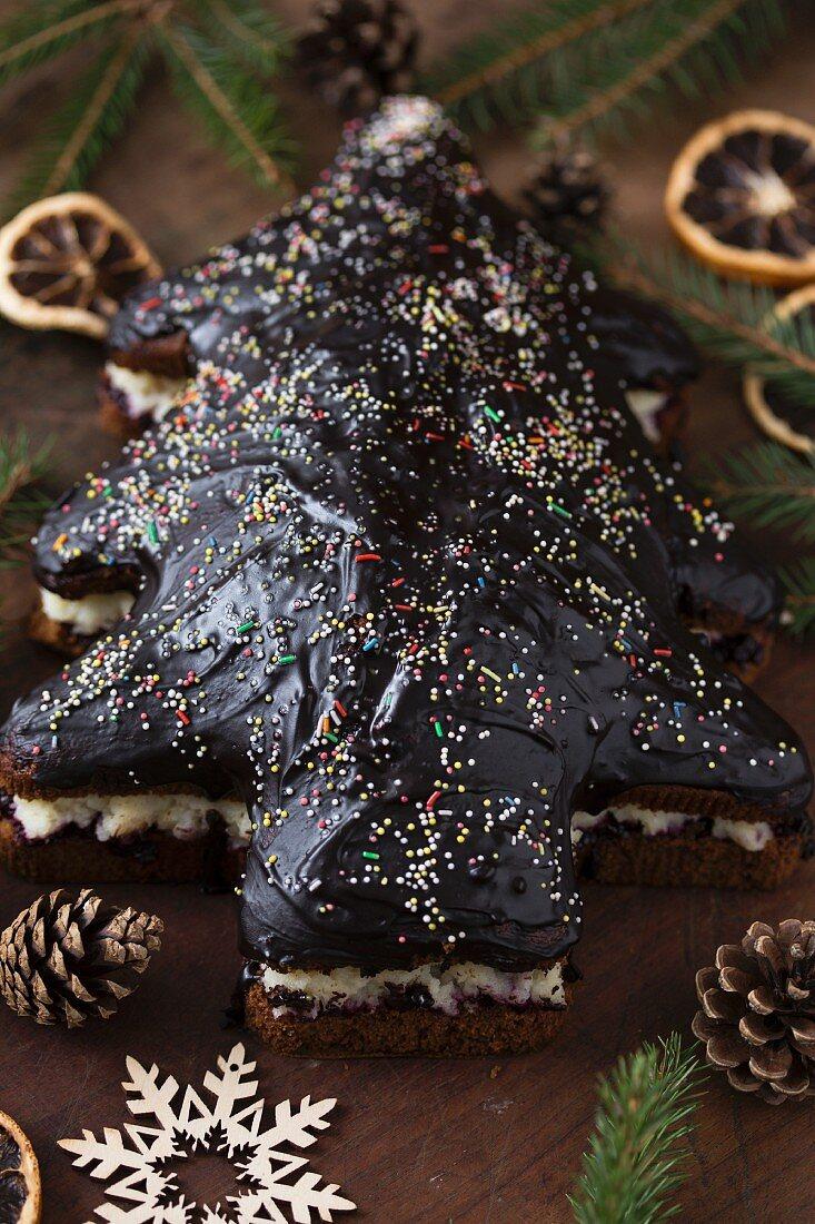 Weihnachtsbaum-Lebkuchen mit Schokoladenglasur und bunten Zuckerstreuseln