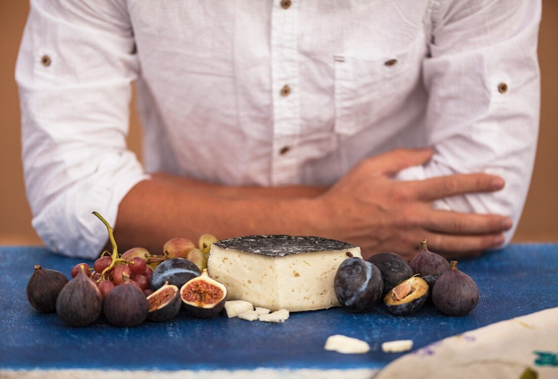Goat's cheese in the cinders with plums, grape and figs