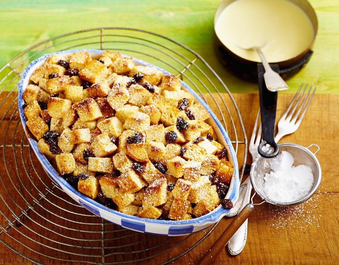 Bread bake with raisins and custard (Great Britain)