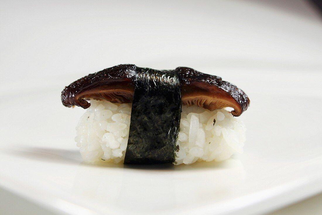 Nigiri-Sushi mit Shiitake-Pilz und Nori