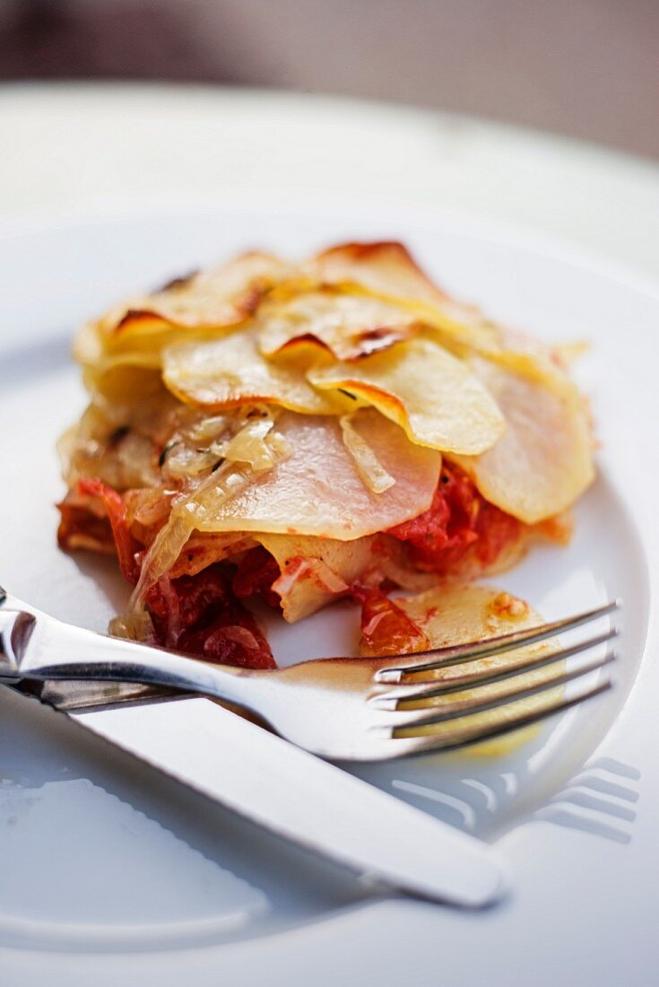Provençal potato gratin with tomatoes and onions