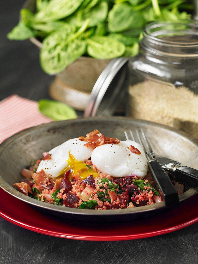 Quinoa with beetroot, spinach, poached eggs and bacon