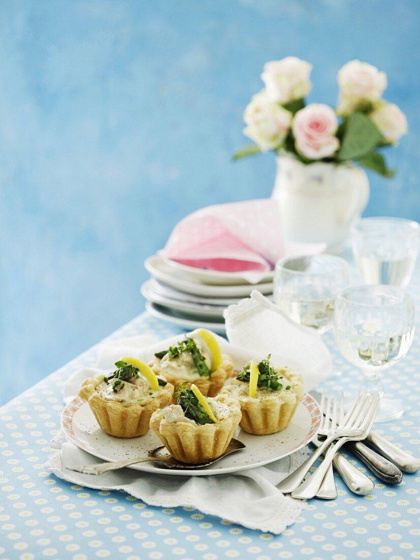 Tarteletts mit Hähnchen, grünem Spargel und Zitrone