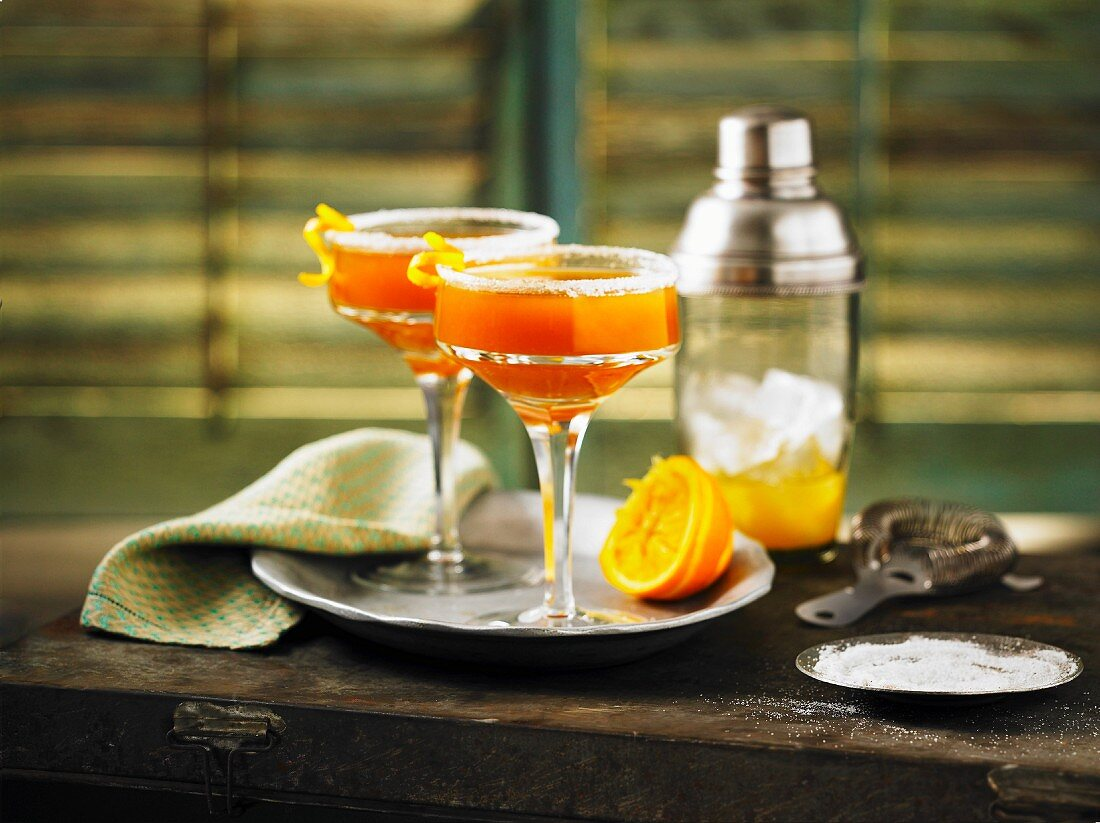 Cocktails with whiskey, maple syrup and oranges