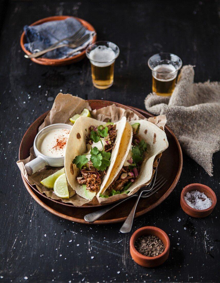 Tacos mit Rinderrippen, Pfeffer, Salz, Sauerrahm und Bier