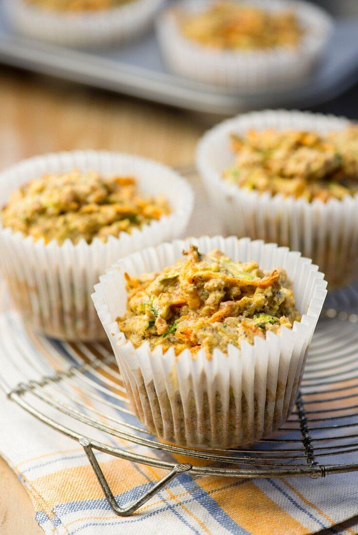 Karotten-Zucchini-Muffins auf Abkühlgitter