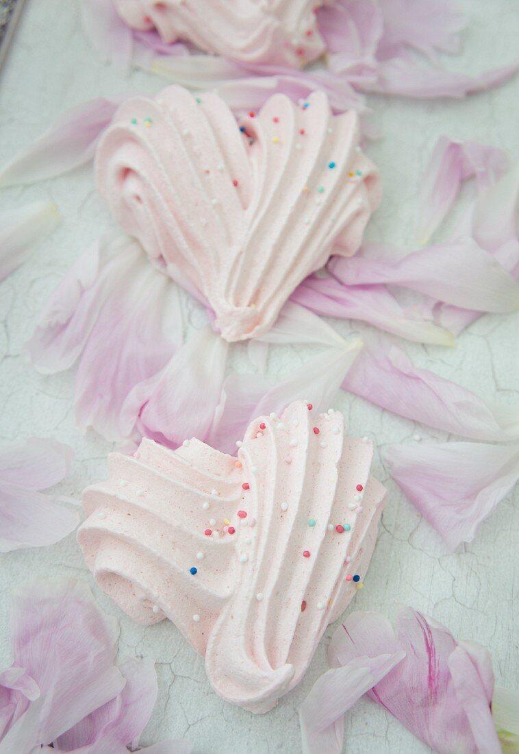 Himbeerbaiser-Herzen mit Zuckerperlen