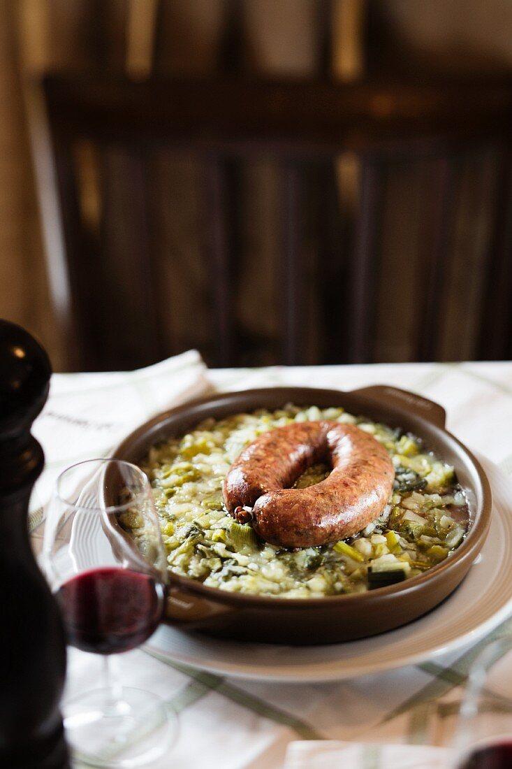 Gericht aus dem Restaurant 'Cafee Romand' in Lausanne, Waadtländer Kohlwurst mit Kartoffel-Lauch-Auflauf, Genfer See, Schweiz