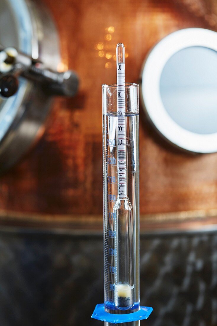 Aräometer zum Messen des Alkoholgehalts in einer Schnapsbrennerei