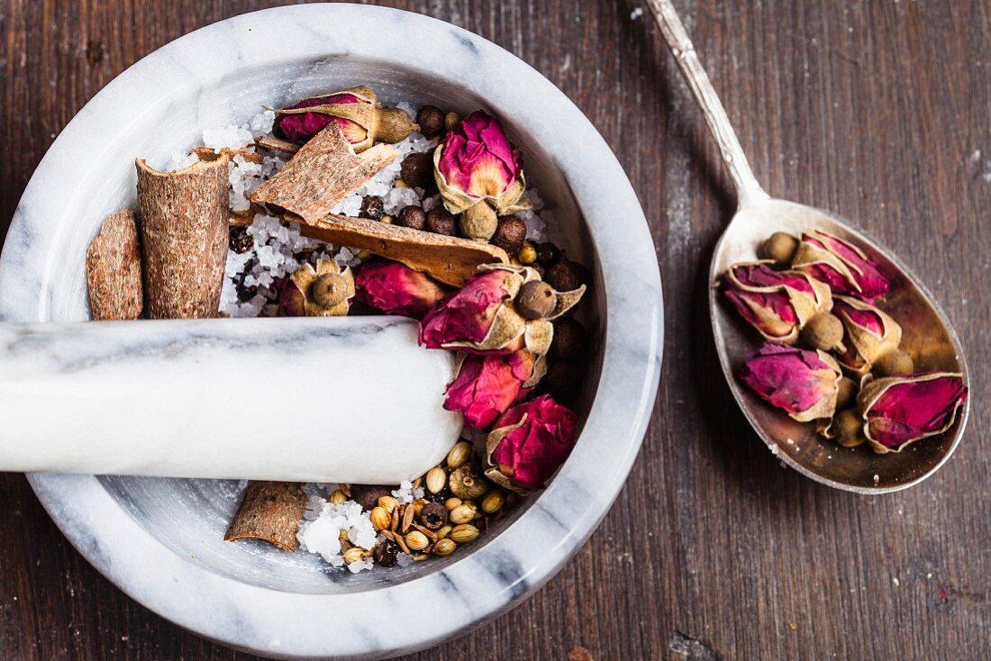 Zubereitung von Advieh (persische Gewürzmischung mit Rosenblüten)
