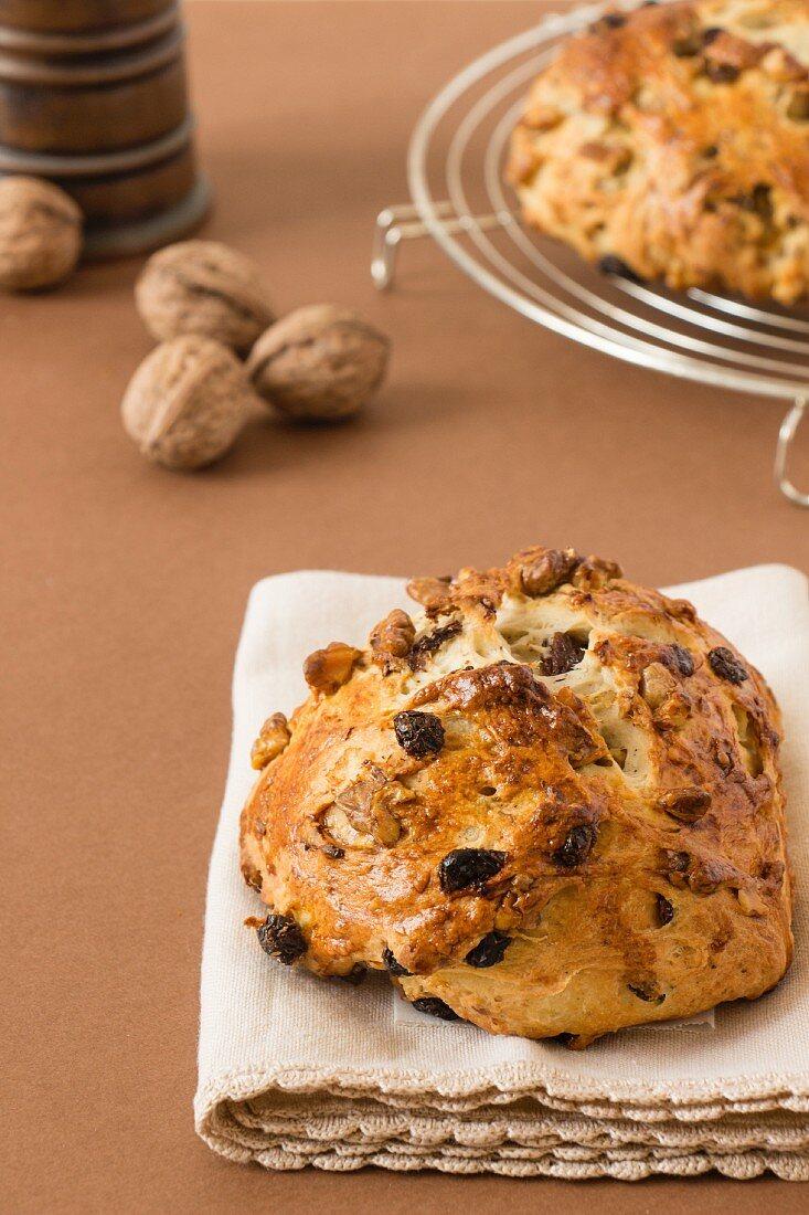 Sweet walnut and raisin bread