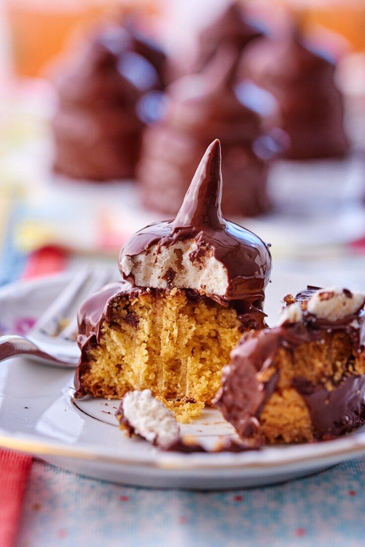 Sponge cake with meringue and chocolate glaze, sliced