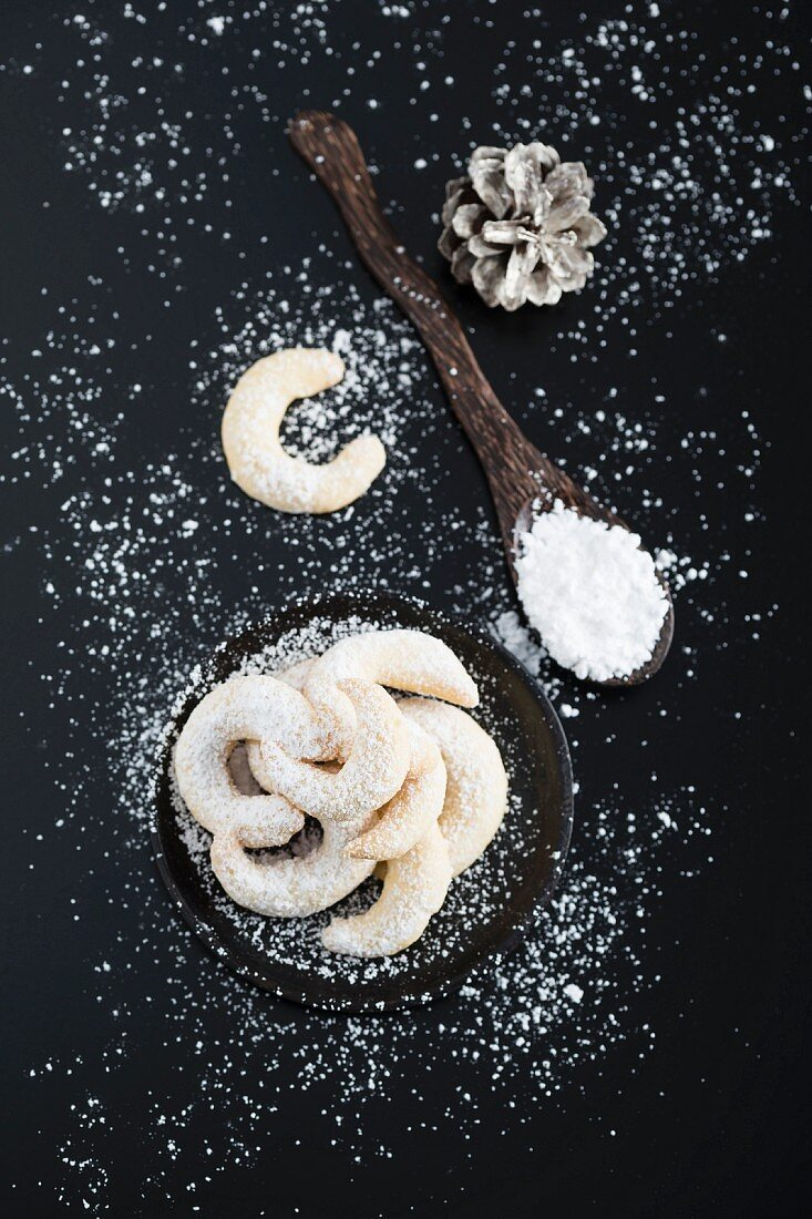 Vanilla crescent biscuits on a plate (seen from above)