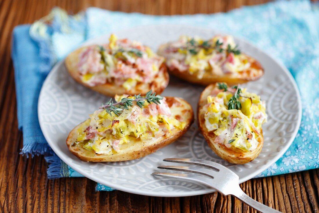Oven-baked potatoes with leek, ham, cream and horseradish