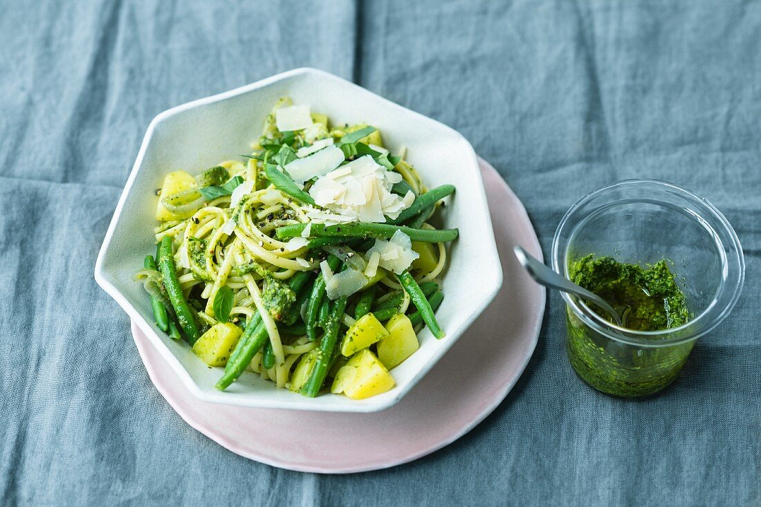 Linguine alla genovese with green beans