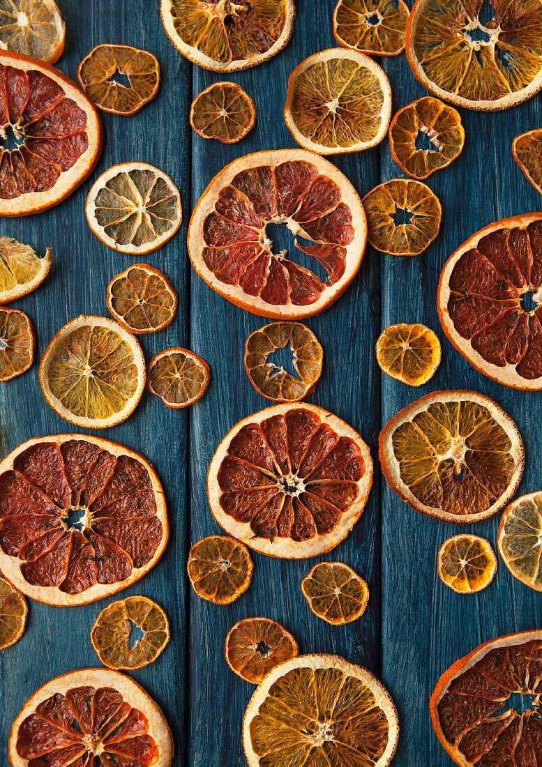 Dried slices of citrus fruits (seen from above)