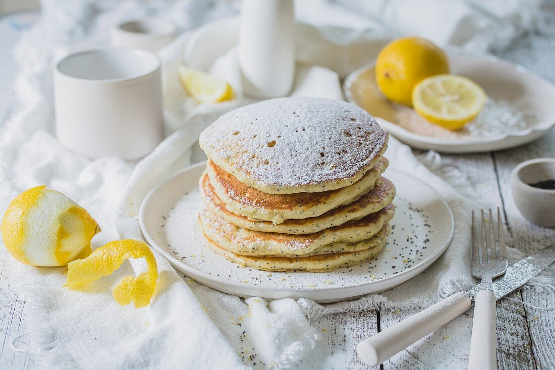 Lemon and poppyseed pancakes with icing sugar
