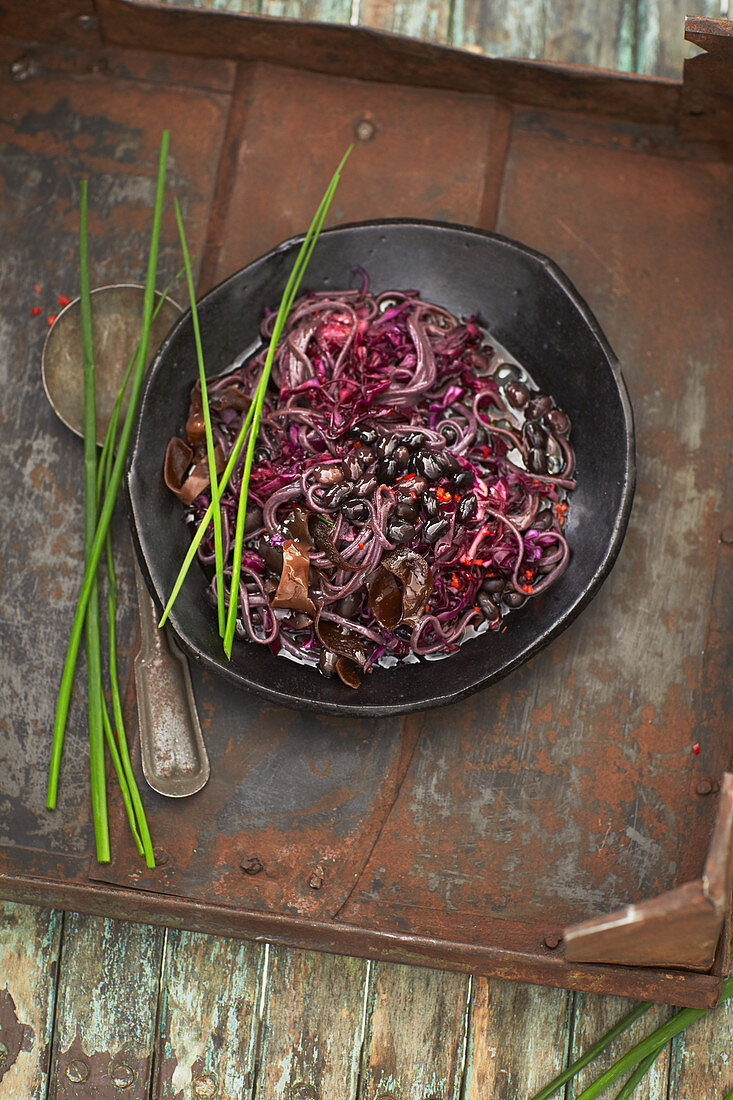 Black Slaw - Rotkohlsalat mit Mu-Err-Pilzen und Tamarinddressing