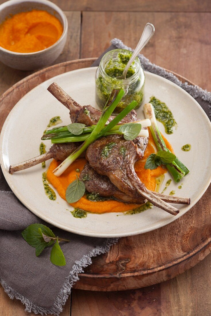 Roasted lamb chops with carrot purée with mint pesto