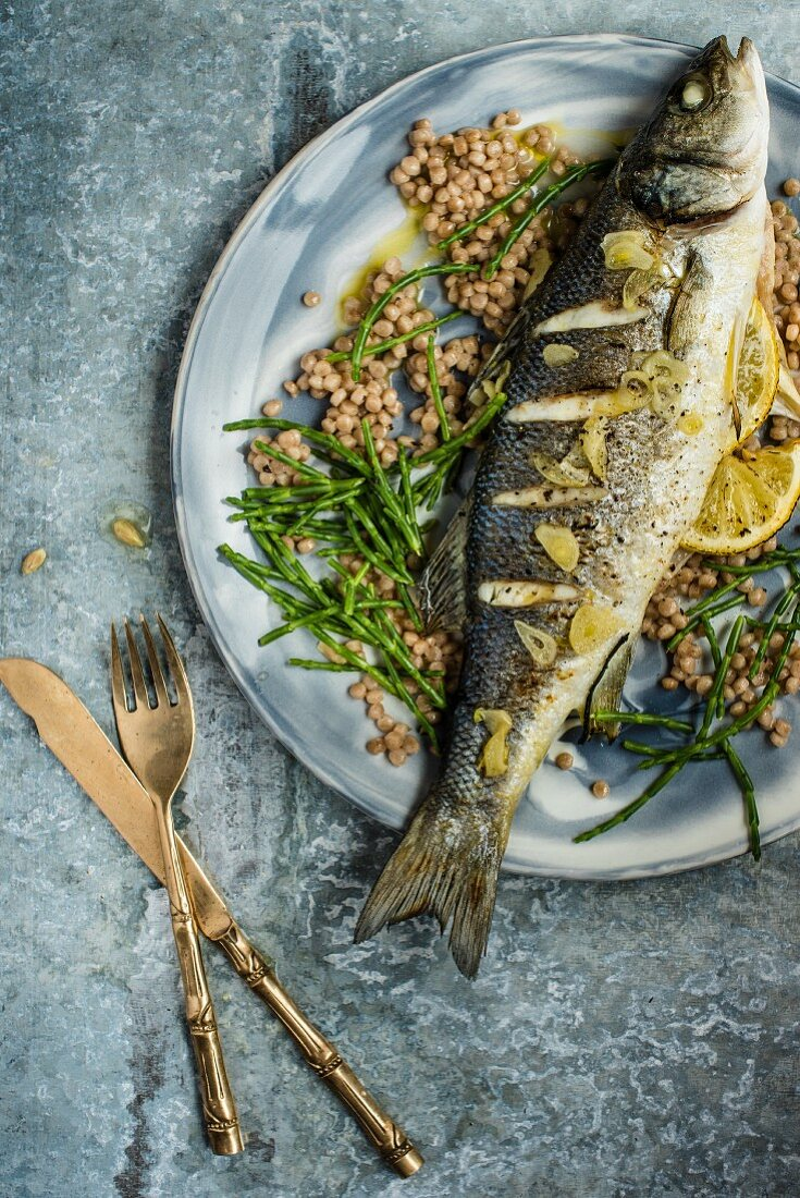 Fried fish with garlic and lemons