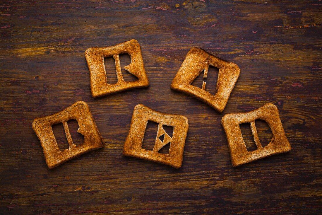 Buchstabenschablonen aus Toastbrot bilden das Wort Bread