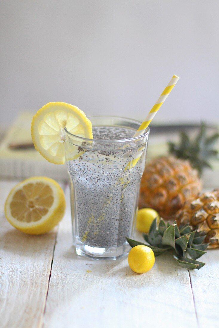 Chiasamen mit Mineralwasser und Zitrone