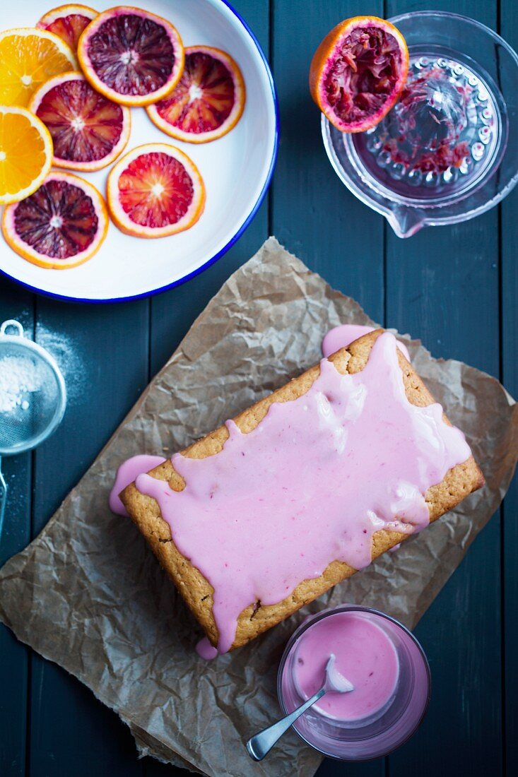 Veganer Blutorangenkuchen mit rosa Blutorangenglasur