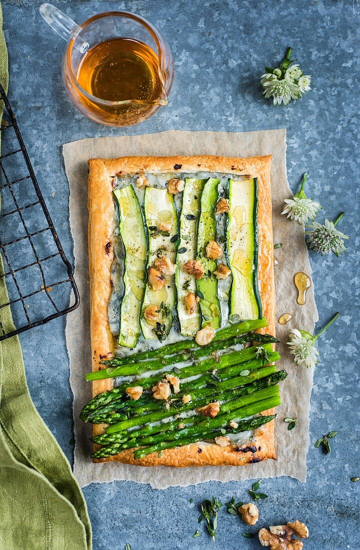 A puff pastry tartlet with courgette, asparagus and blue cheese