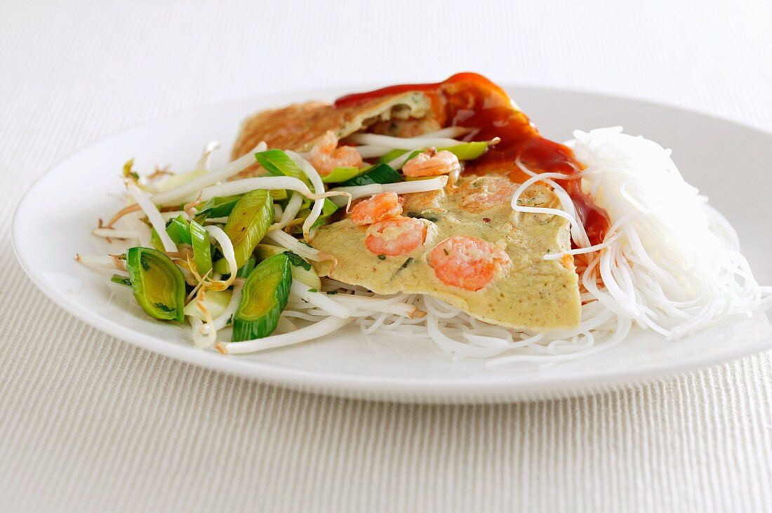 Prawn omelette with beansprouts, leek and wide rice noodles (Asia)