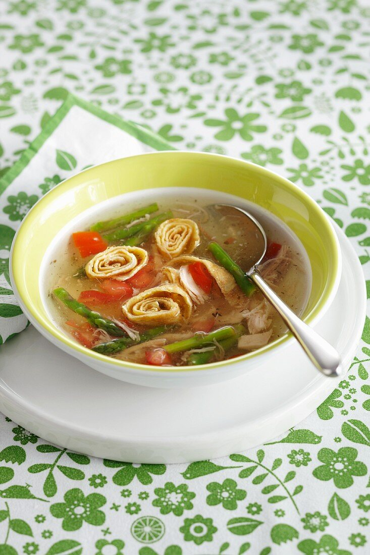 Broth with asparagus and pancake rolls