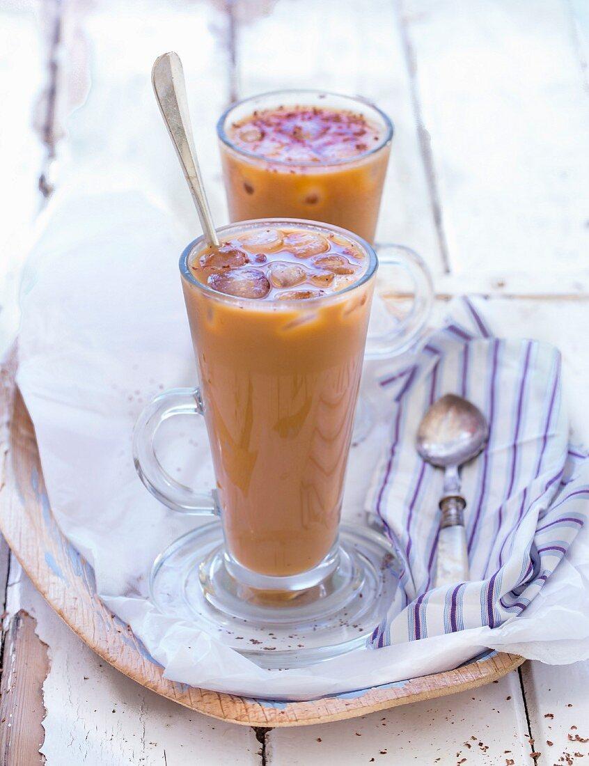 Eisgekühlter Kaffee in Gläsern