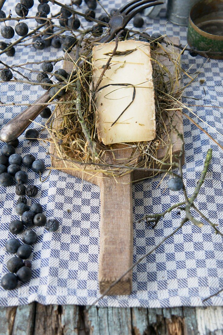 Occelli Nel Fieno Maggeno (Matured in hay from cow and goat's milk, Italy)