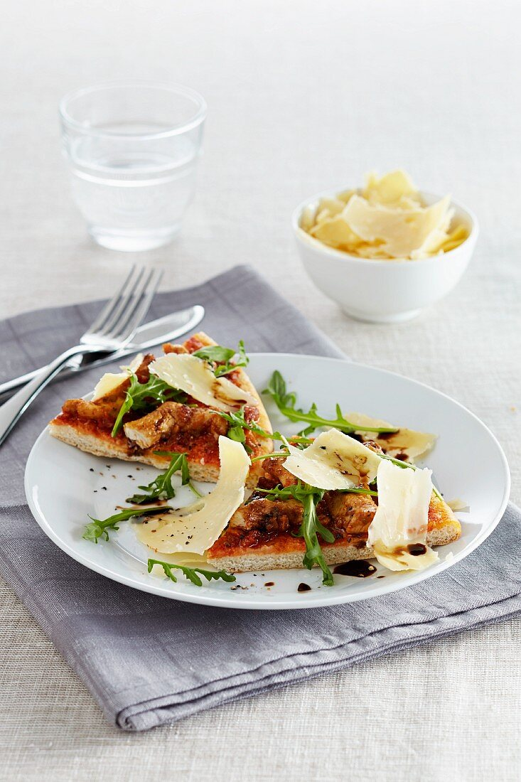 Pizza with chicken, rocket and shaved Parmesan