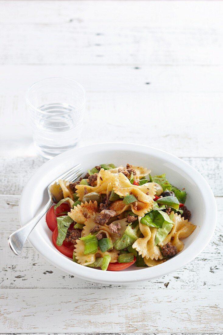 Nudelsalat mit Farfalle, Gemüse und gebratener Wurst